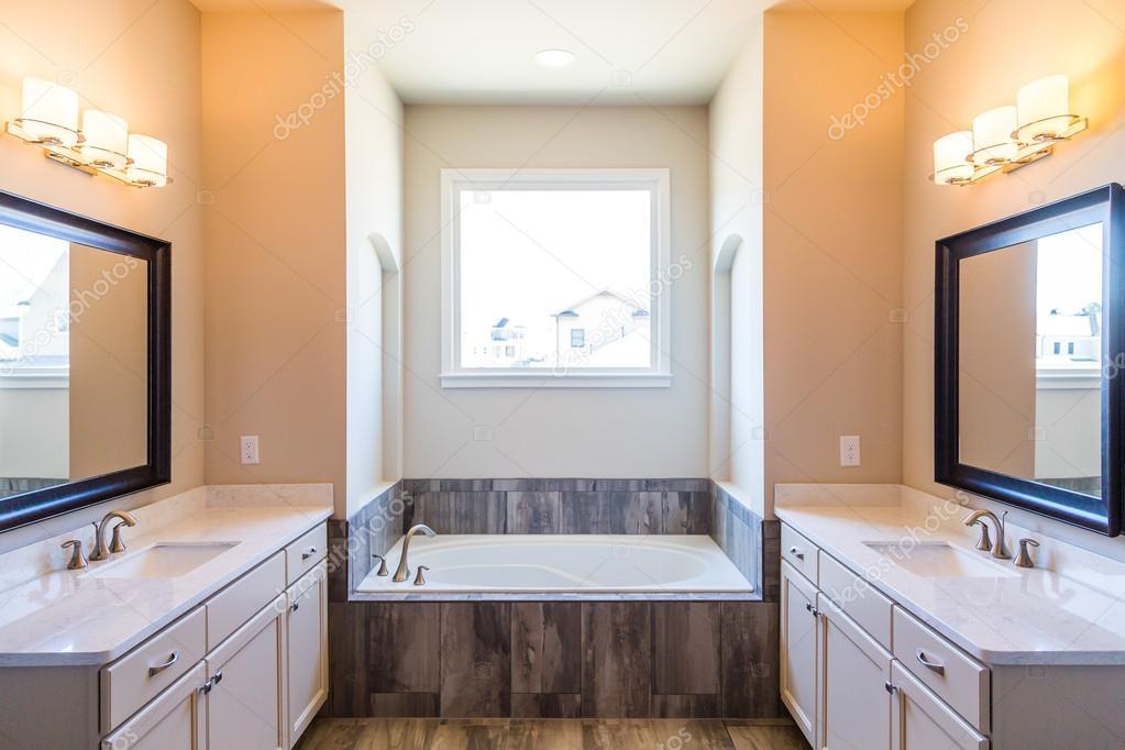 bagno moderno con vasca da bagno ? foto stock © dbvirago #108672400 - Bagni Moderni Con Vasca