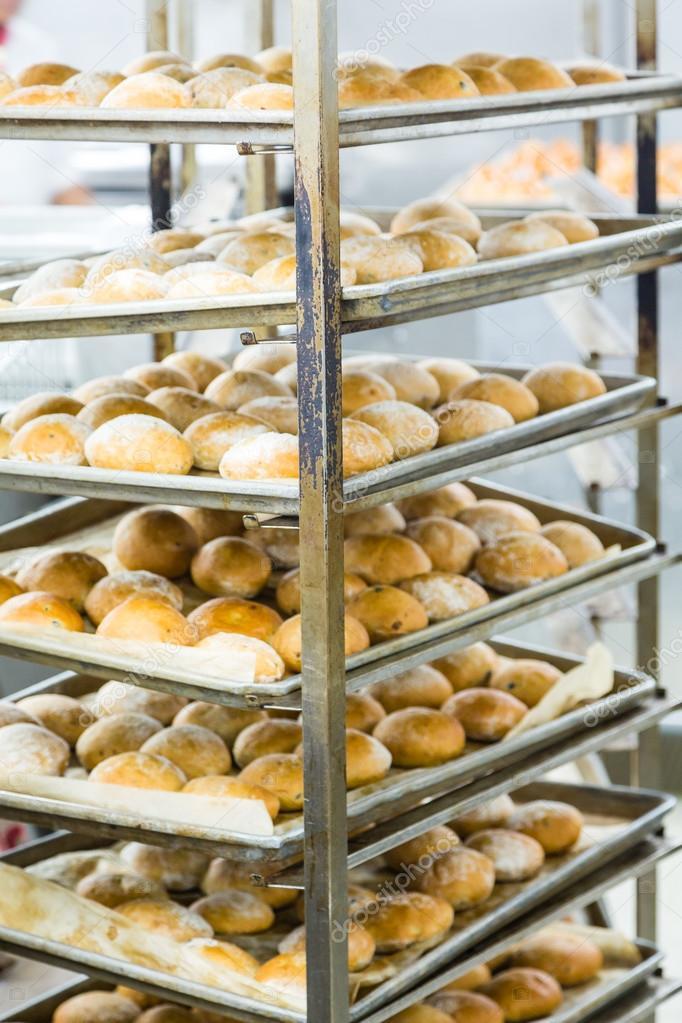 Bäcker Regale voller Brot — Stockfoto © dbvirago #119849978