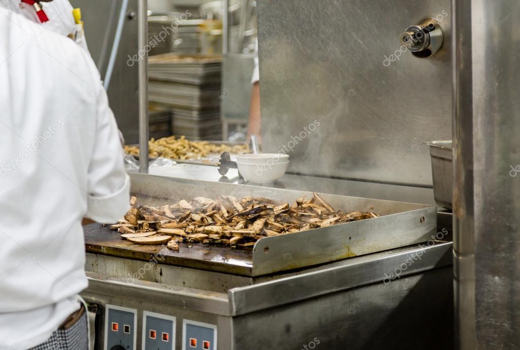Huhn Kochen Auf Kuche Grillplatte Stockfoto C Dbvirago 122152866
