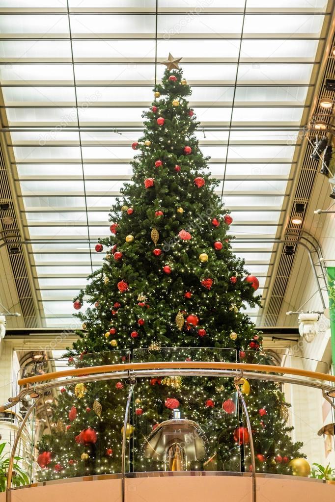 Arbol De Navidad En El Balcon Bajo Luces Foto De Stock C Dbvirago