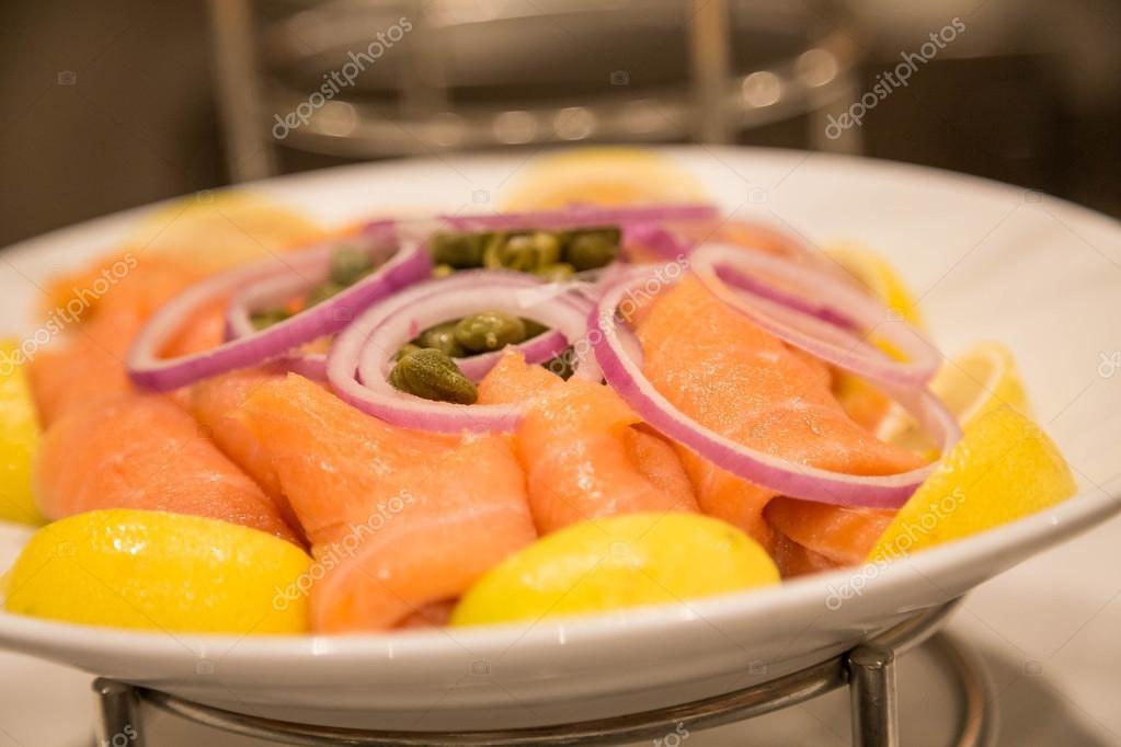Assiette De Saumon Fume Au Citron Oignon Et Capres Photographie