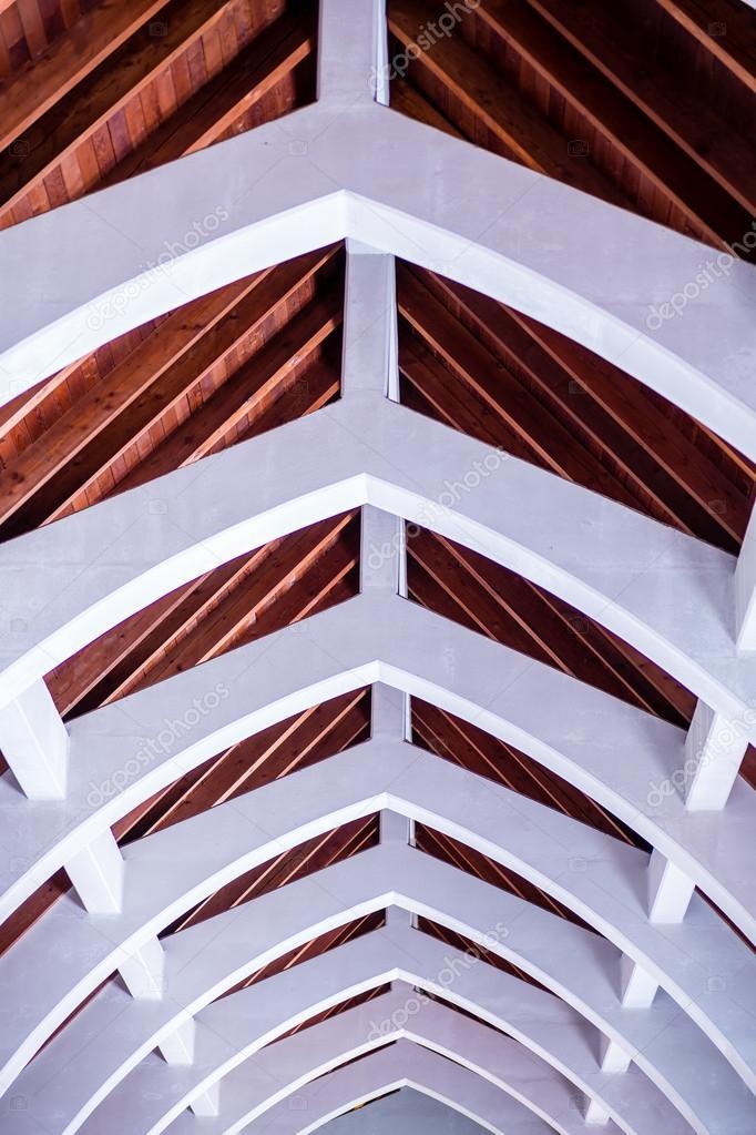 arcos de piedra con techo de vigas de madera u imagen de stock