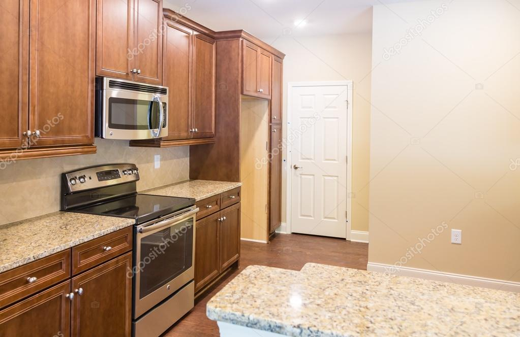 Granit-Arbeitsplatten in neuen Küche — Stockfoto © dbvirago #77532354