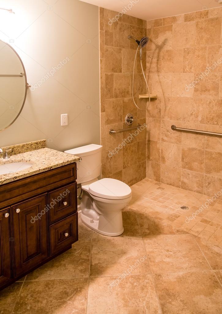 Azulejos cuarto de baño con ducha para minusválidos — Foto de stock ...
