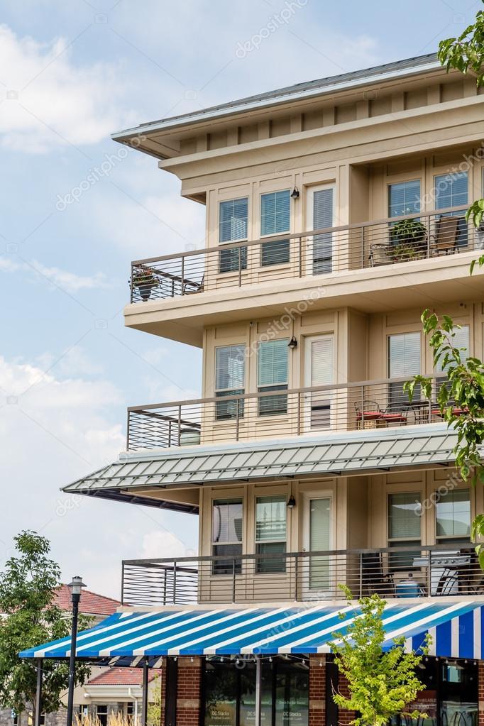 Blaue Und Weisse Markise Unter Eigentumswohnung Balkon Stockfoto