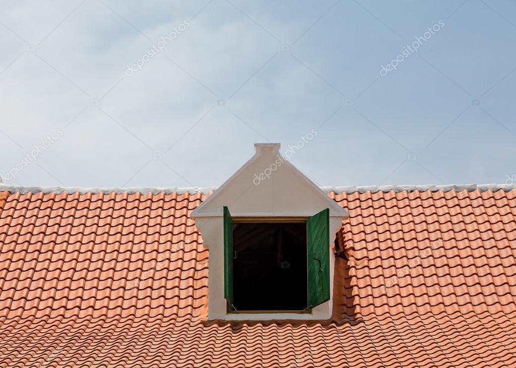 Lucarne de toit de tuiles rouges — Photographie dbvirago © #94044198