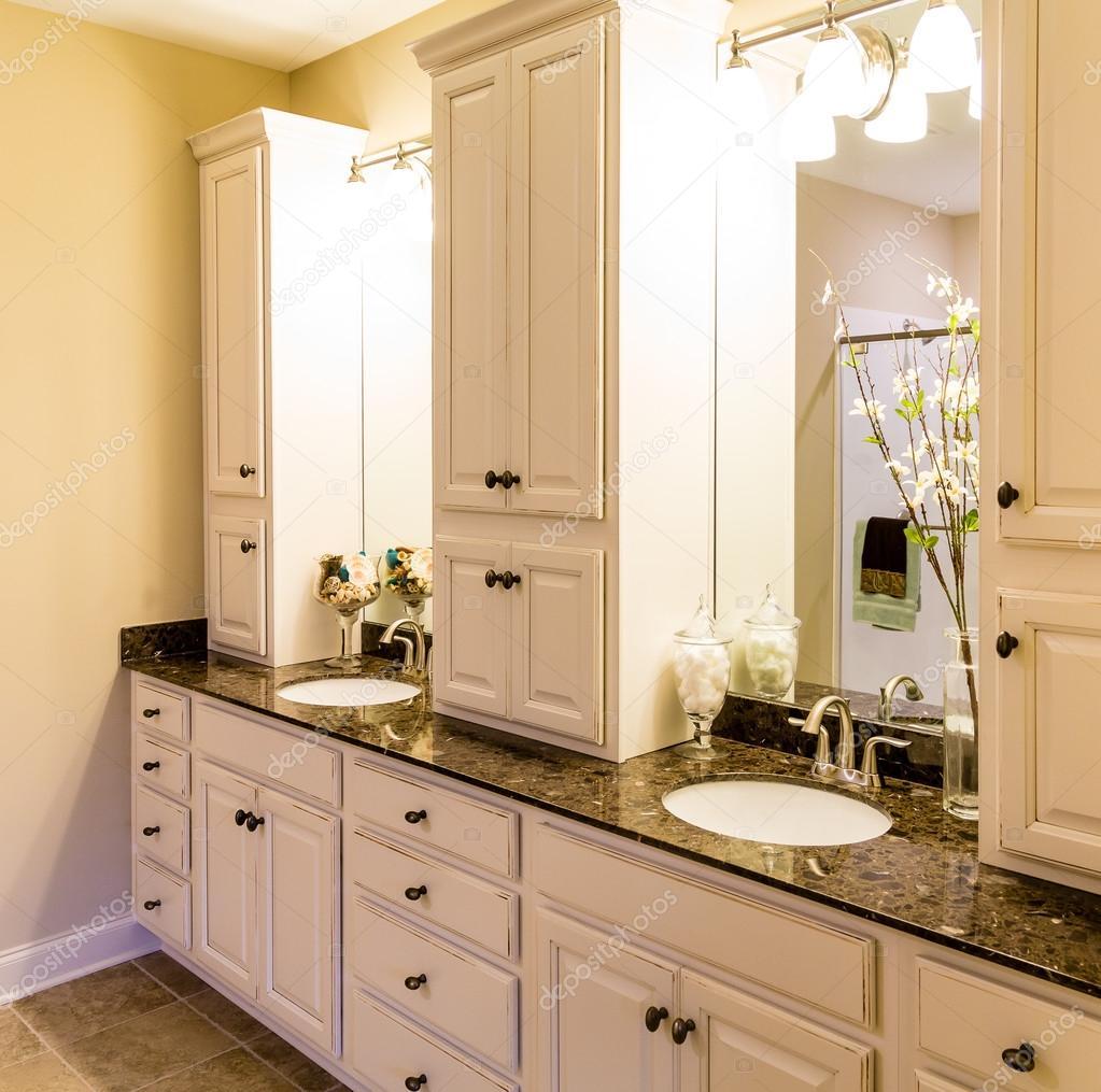 Aangepaste kasten in nieuwe badkamer — Stockfoto © dbvirago #98404146
