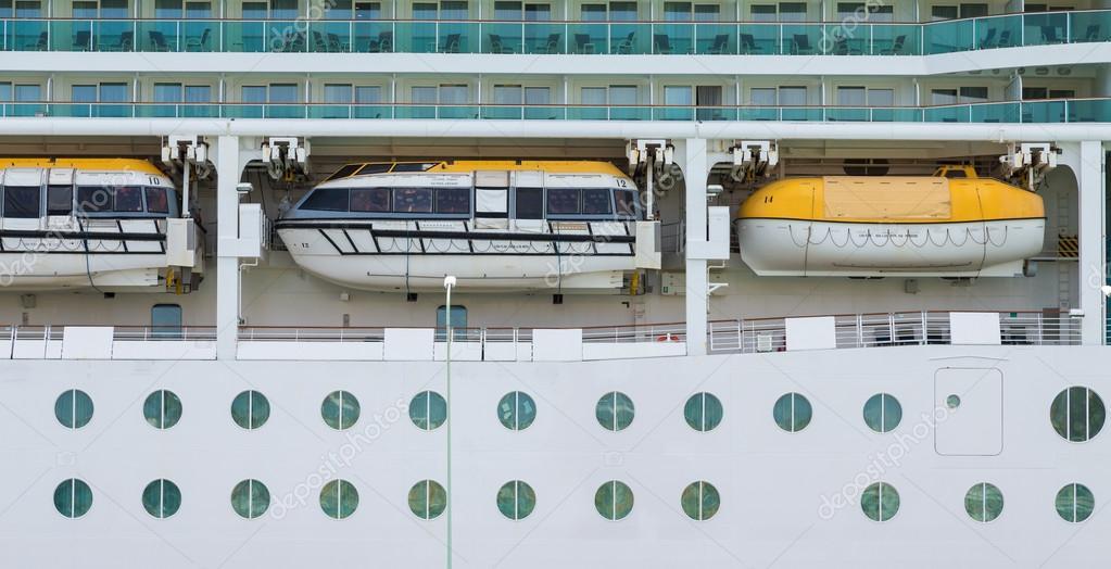 Tres botes salvavidas sobre ojos de buey — Foto de stock