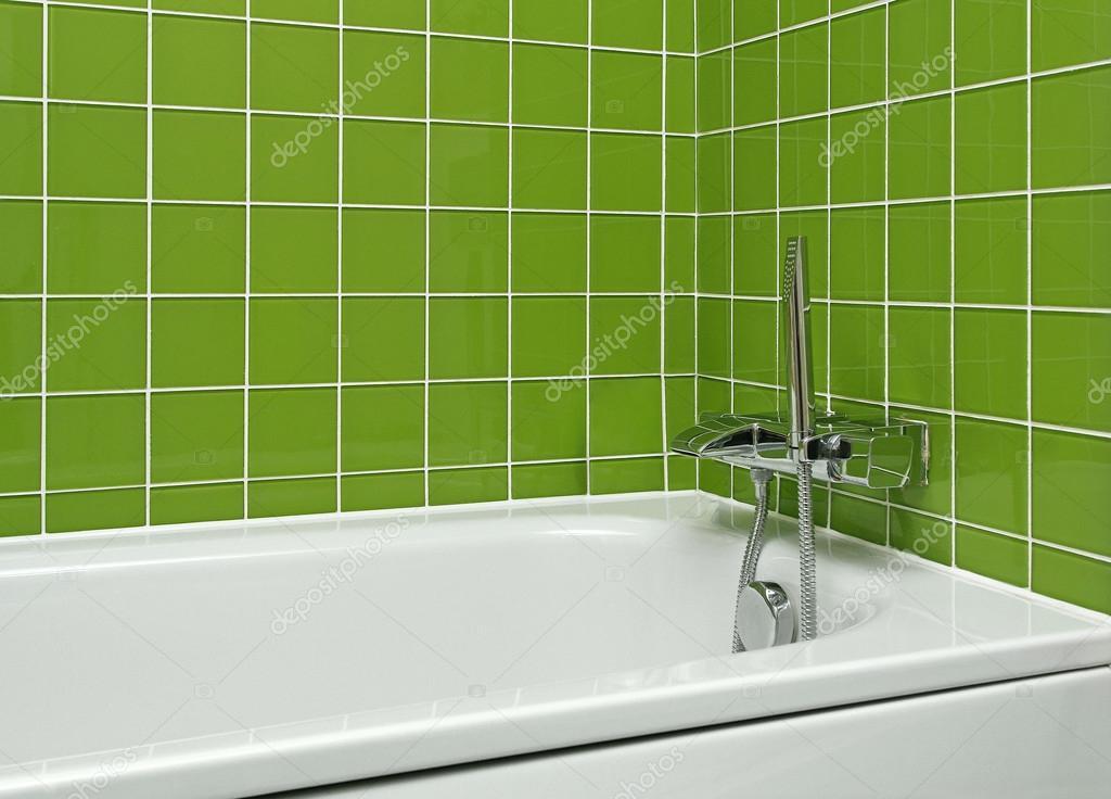 Badewanne im Badezimmer grün — Stockfoto © Baloncici #106129506