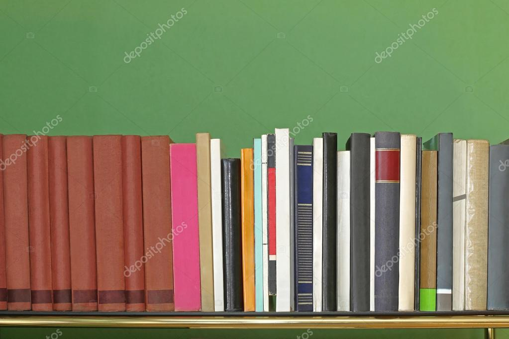 Bücherreihe regal  Bücher im Regal — Stockfoto © Baloncici #120137514