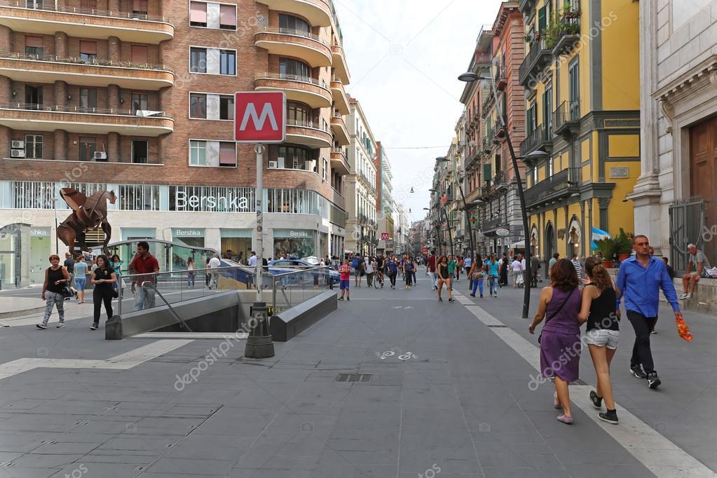 Одна из основных осей города (известна также как улица Рима Via Roma)