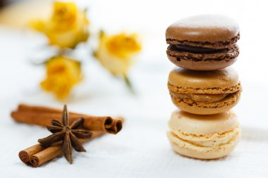 Macarons with gingerbread spices