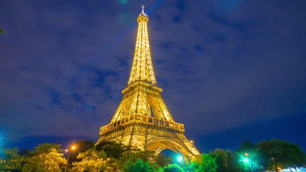 Eiffelova věž v noci v Paříži