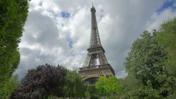 Pouliční scéna v Paříži s Eiffelovou věží