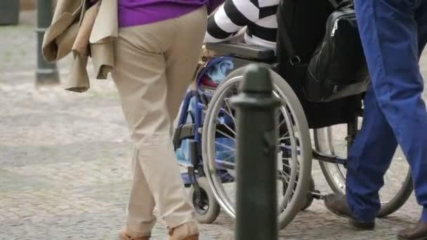 Rodina se žena na vozíku