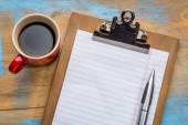 prázdný papír o schránky a káva