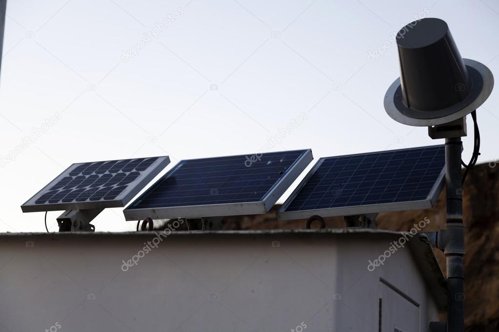 Tre pannelli solari alimentando edificio illuminazione esterna
