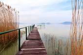 Dřevěné molo v klidné jezero Balaton