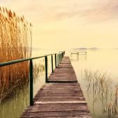 Fából készült móló a nyugodt tó