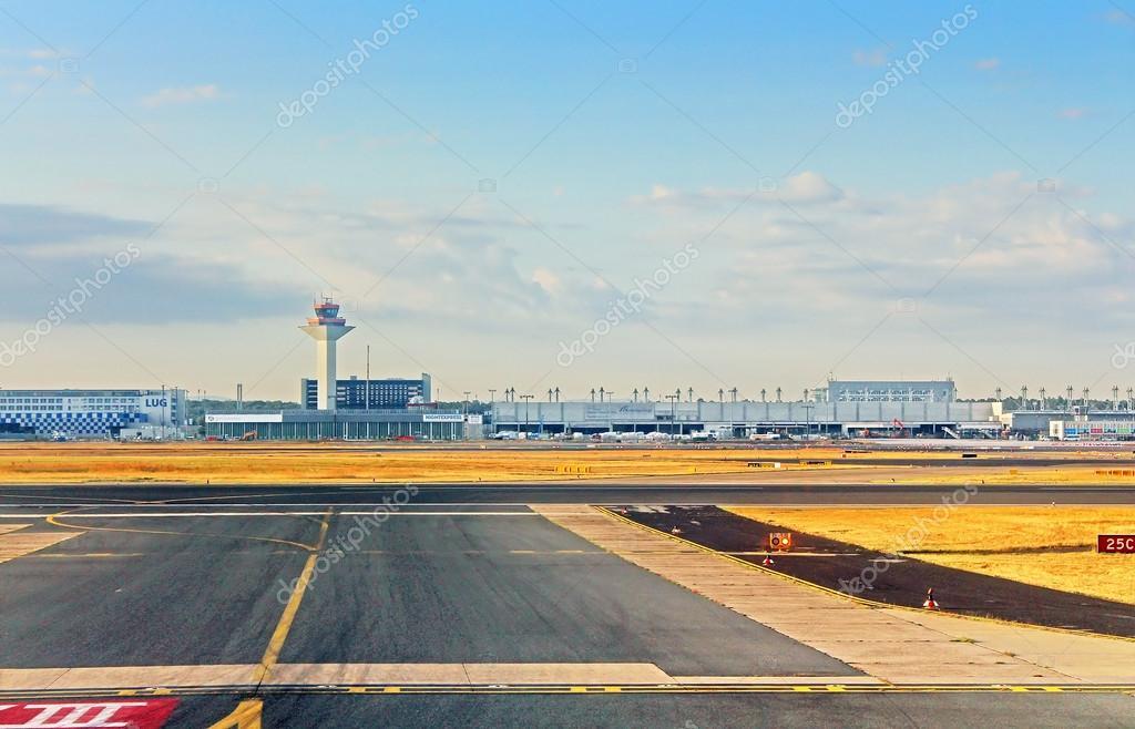Morgen Frankfurt flughafen in frankfurt am am morgen redaktionelles stockfoto