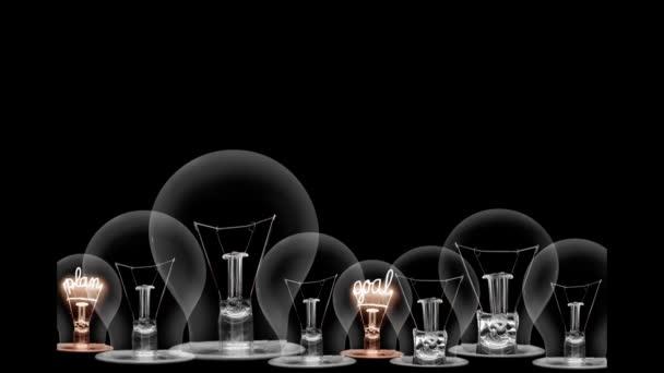 Glühbirnen gehen von dunkel zu hell mit Karriere, Erfolg, Motivation, Fähigkeiten und Entwicklung Fasertext auf schwarzem Hintergrund. Hochwertige 4k-Videos.