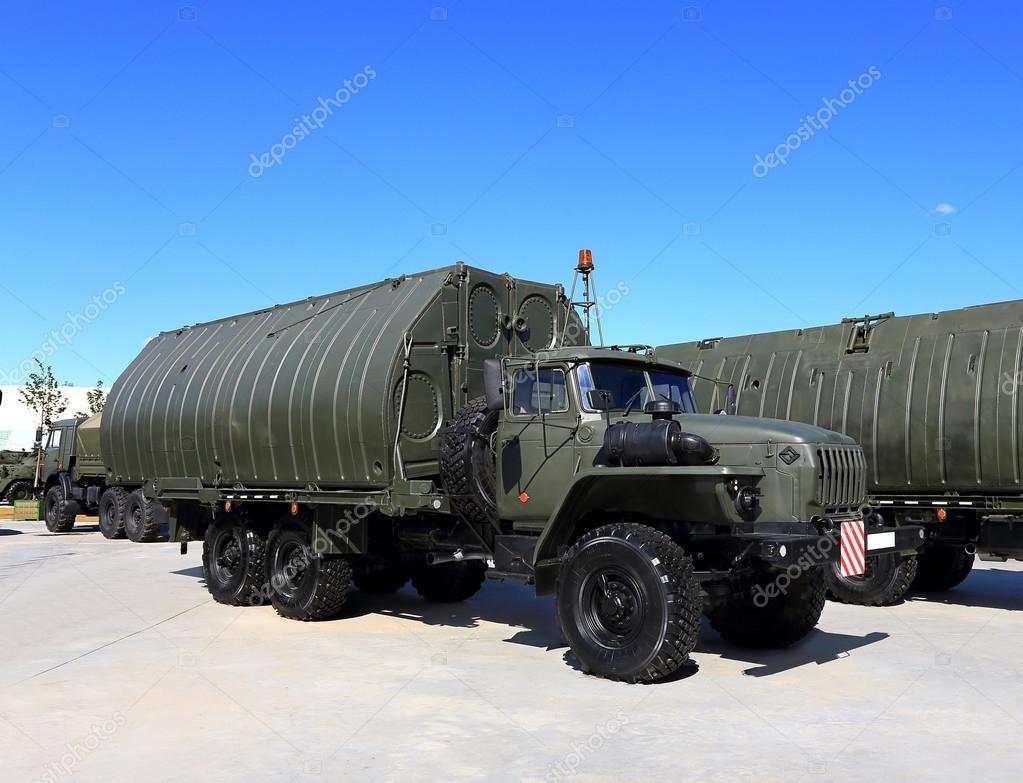 Militärfahrzeug mit einem Rahmen und Box-Metallgehäuse — Stockfoto ...