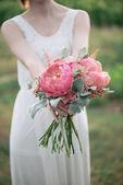 Fényképek menyasszony kezében esküvői csokor