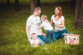 Fotografie Glückliche Familie mit Nistkasten und Farben