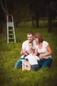 Glückliche Familie mit Nistkasten und Farben