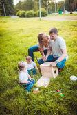 Fotografie Glückliche Familie mit Schachteln Box und Farben