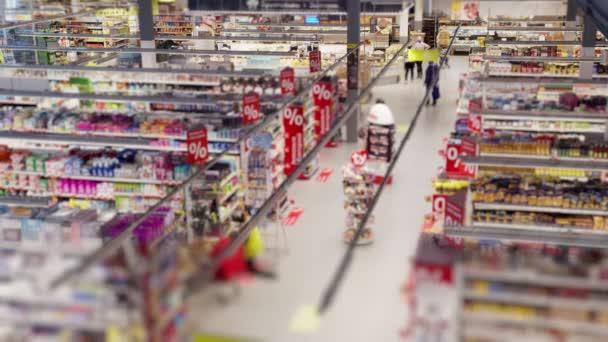 Lidé nakupují v supermarketu