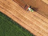 Letecký pohled kombinovat na sklizeň pole