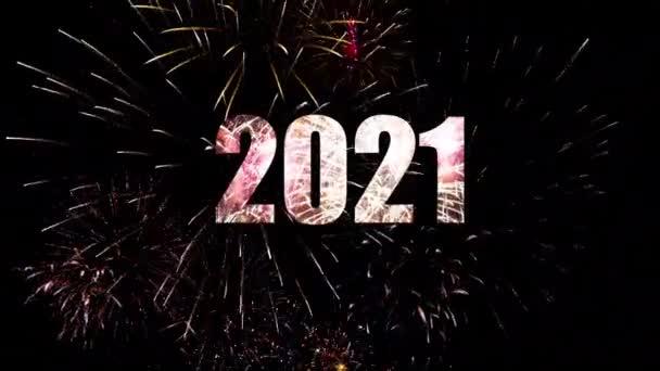Új év ünneplése 2021 éjfélkor szikrázó tűzijátékkal és égő szikrákkal az égen.