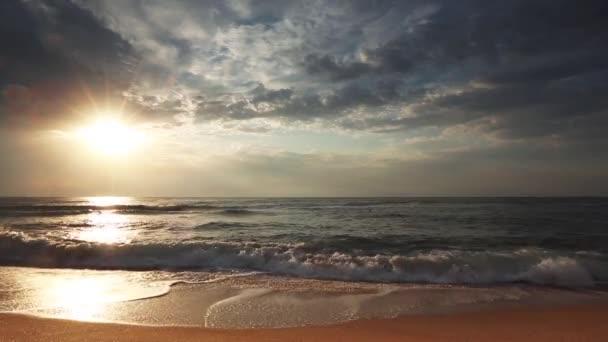 Krásný cloudscape nad mořem, video