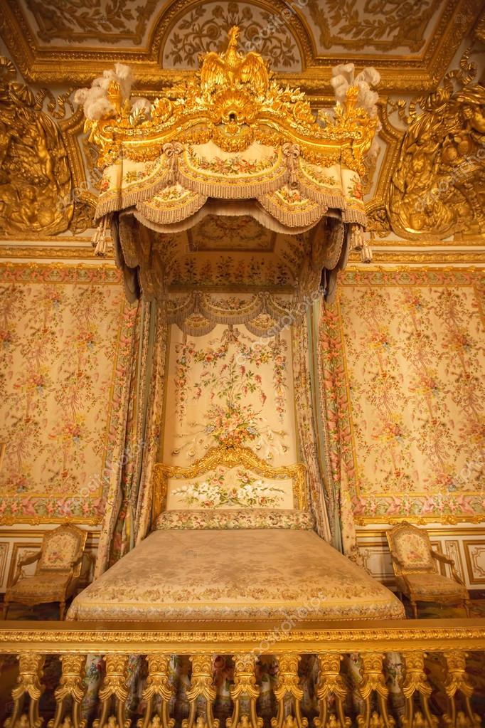 Interieur van koninklijke slaapkamer in kasteel van Versailles ...