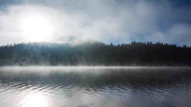 Krásný východ slunce a mlha nad jezerem mystika horský, video