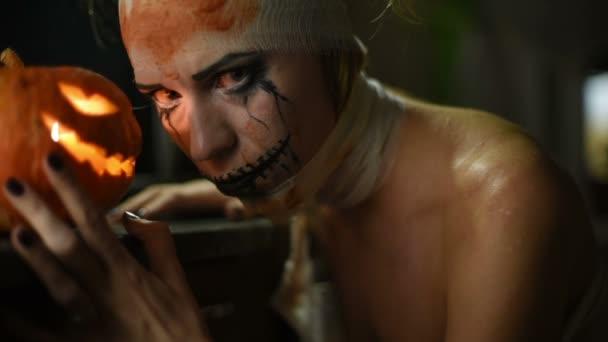 Schreckliche Mädchen mit beängstigend Mund und Augen