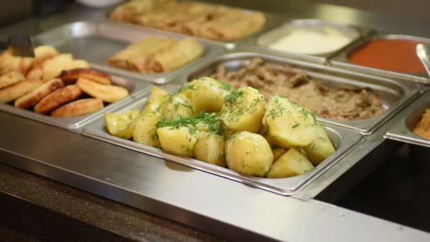 Vařené brambory v jídelně