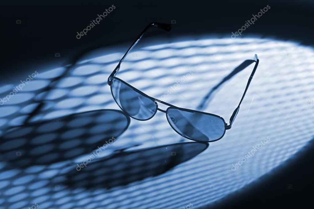 6302b4b01b Γυαλιά ηλίου με μπλε χρώμα — Φωτογραφία Αρχείου © stocksnapper  89781916