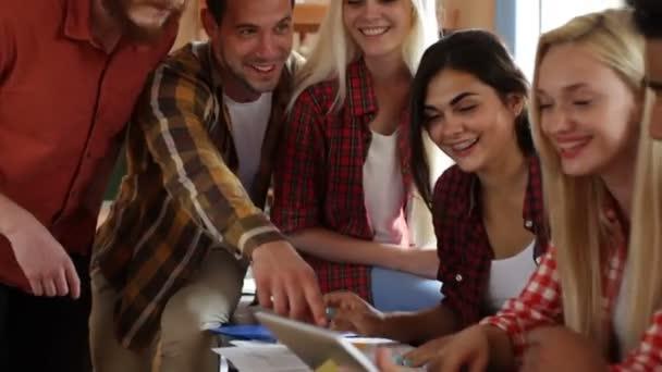 Studenti pomocí tabletového počítače sedí stůl university učebna