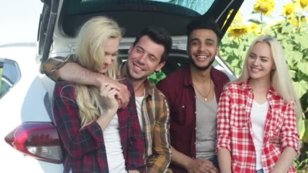 Přátel, mluvit, sedět v auto kufr venkovní krajiny, šťastný úsměv skupinu lidí
