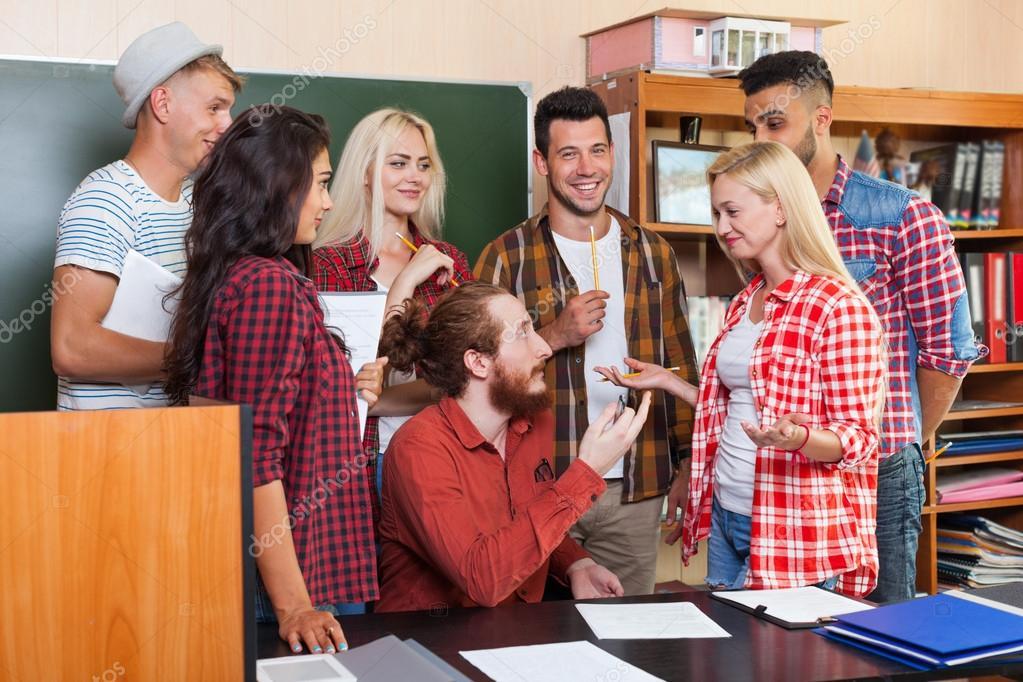 High school gruppe im gespr ch mit professor am for Schreibtisch jugendliche