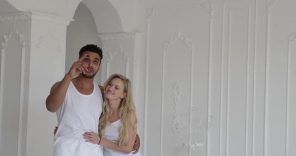 Junges Paar schöne moderne Wohnung Mischlinge Mann Frau anzeigen