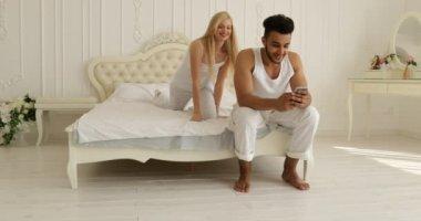 Amateur-Paar, das Liebe in ihrem Schlafzimmer macht