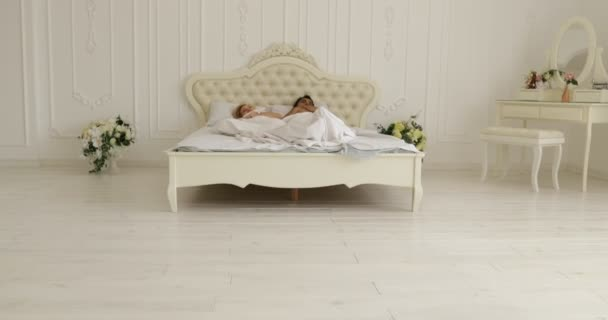 Couple dormir allongé sur le lit homme câlin femme maison blanche ...