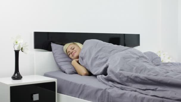žena probuzení a protahování