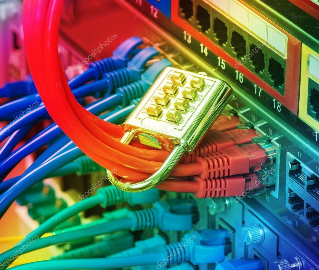 Netzwerk- und Schutzkonzept mit Vorhängeschloss und Schalter ...