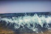 čisté vlny na pláži
