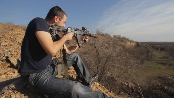 Mann feuert maßgeschneidertes russisches Maschinengewehr, breit