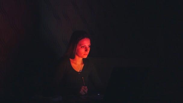 Životní styl: krásná mladá dívka výtvarníka Návrhář skic a kresba s grafický tablet v noci, práce z domova. Světlo z obrazovky, změna barev. Široký záběr, zpomalené 60 fps